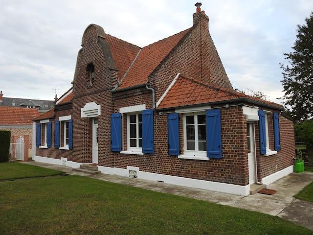 1  chambre et salle de douche - Le Plessier-Rozainvillers - House