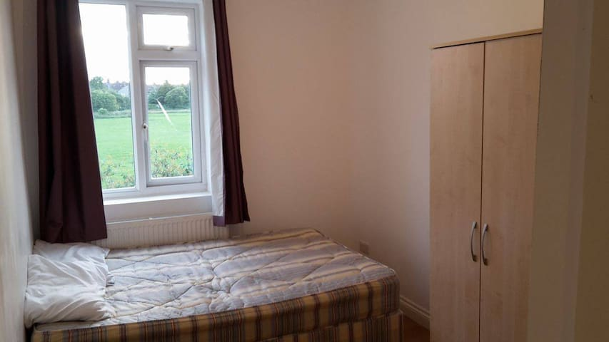 GORGEOUS DOUBLE ROOM available for JULY/AUGUST - Enfield - Hus
