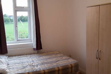 GORGEOUS DOUBLE ROOM available for JULY/AUGUST - Enfield - Casa