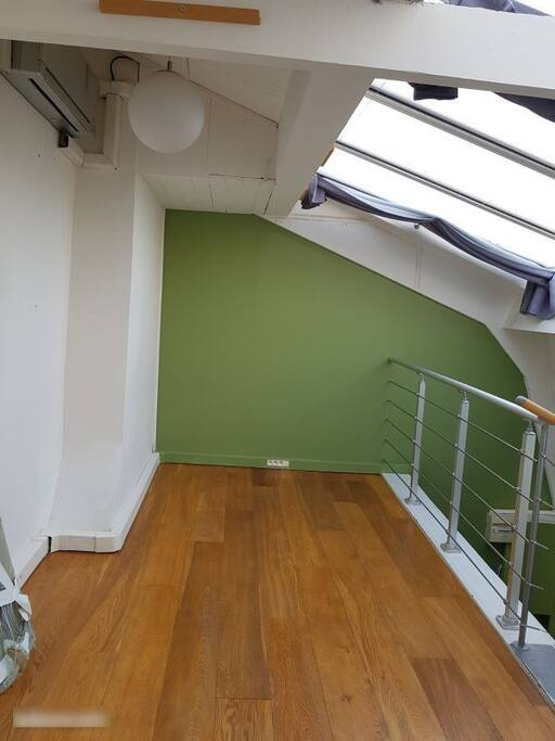 Logement atypique sous les toits de montmartre lofts for Location local commercial atypique paris