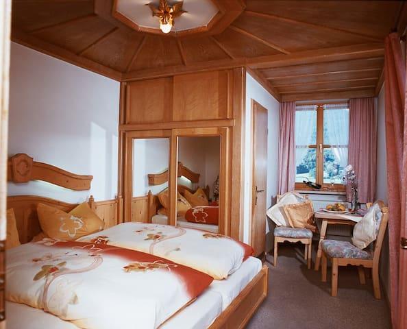 Pension/Ferienwohnungen Ludwig (Rimbach), Doppelzimmer 16 mit Balkon und Bergblick