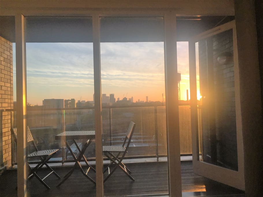 Balcony overlooking Canary Wharf, amazing views anytime of the day!