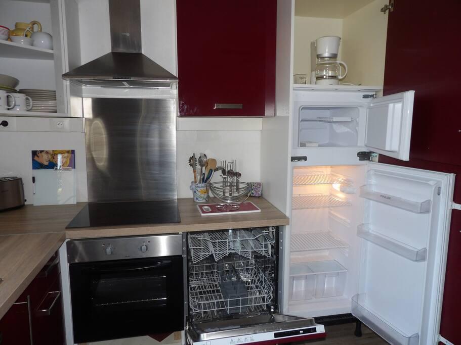 lave-vaisselle, plaque à induction,réfrigérateur/congélateur, hotte, four multifonctions, cafetière, grille-pain, ustensiles de cuisine, vaisselles diverses