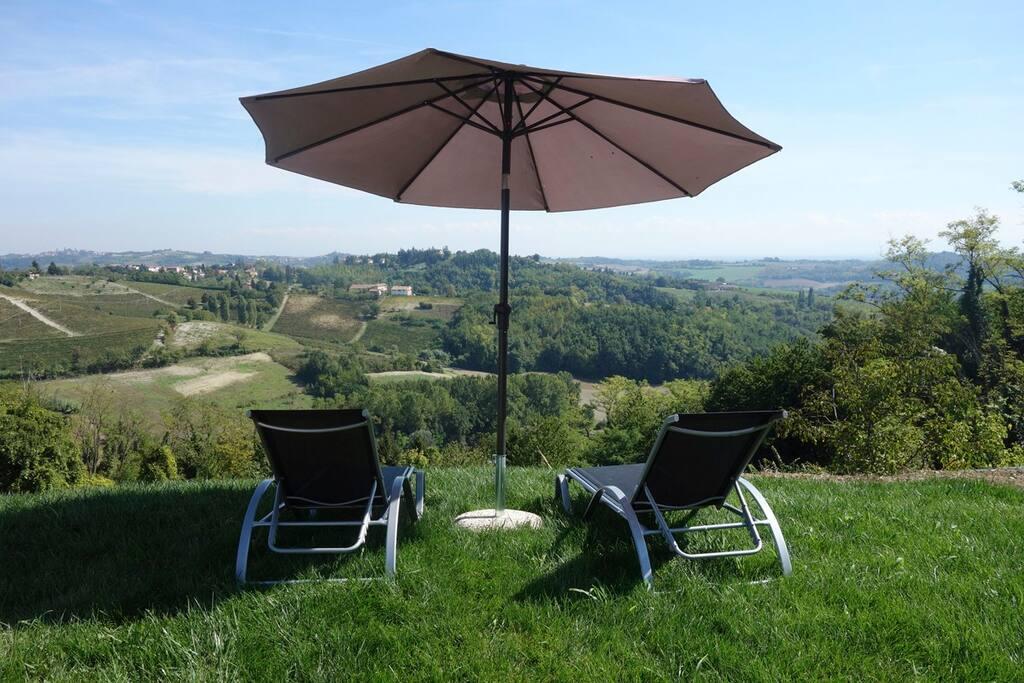 La vue sur la vallée s'étend jusqu'à l'Apennin ligure