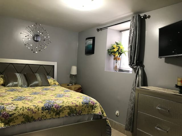 Private room in a comfy Garden Apt  20min to NYC!1