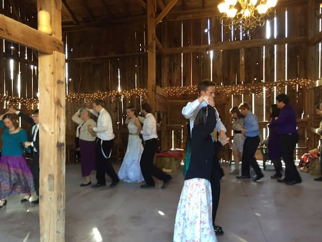 English Barn (available to farmhouse guests) - Evansville - Muu