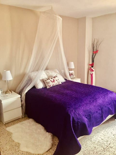 """Bright room 10 mins walk from """"Dali museum & Ave!"""""""
