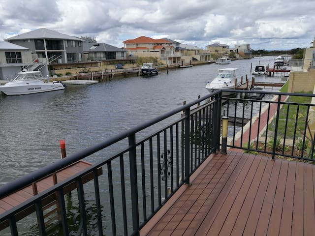 CANAL FRONT holiday home with private jetty!