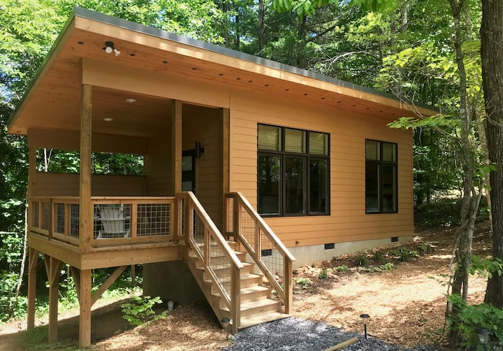 "Tiny ""Black Bear"" cabin minutes from Asheville"