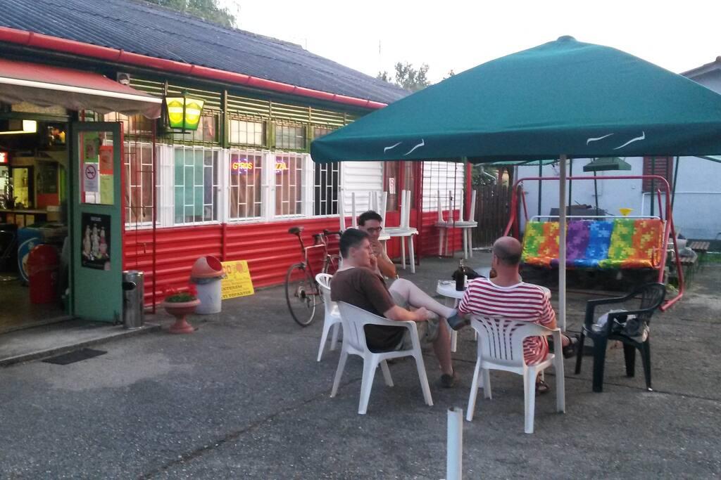 A szomszédos Pub-Büffé terasszal és játékteremmel.