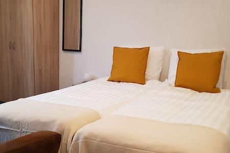 De kamer is voorzien van twee boxspringbedden van goede kwaliteit. Beddengoed is inbegrepen. Geheel ingericht voor een goede nachtrus.
