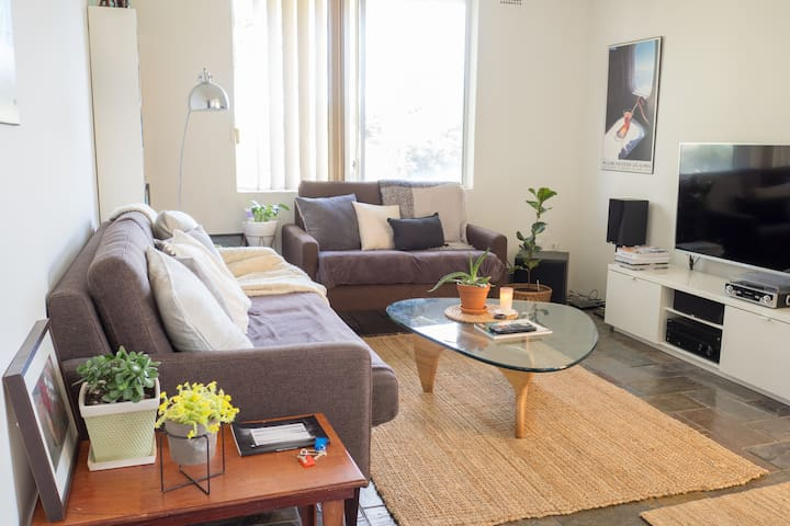 Modern, Light-Filled 2-Bedroom Apartment + Parking - Marrickville - Apartemen