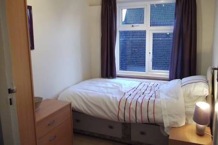 Warm single room  - Byfleet