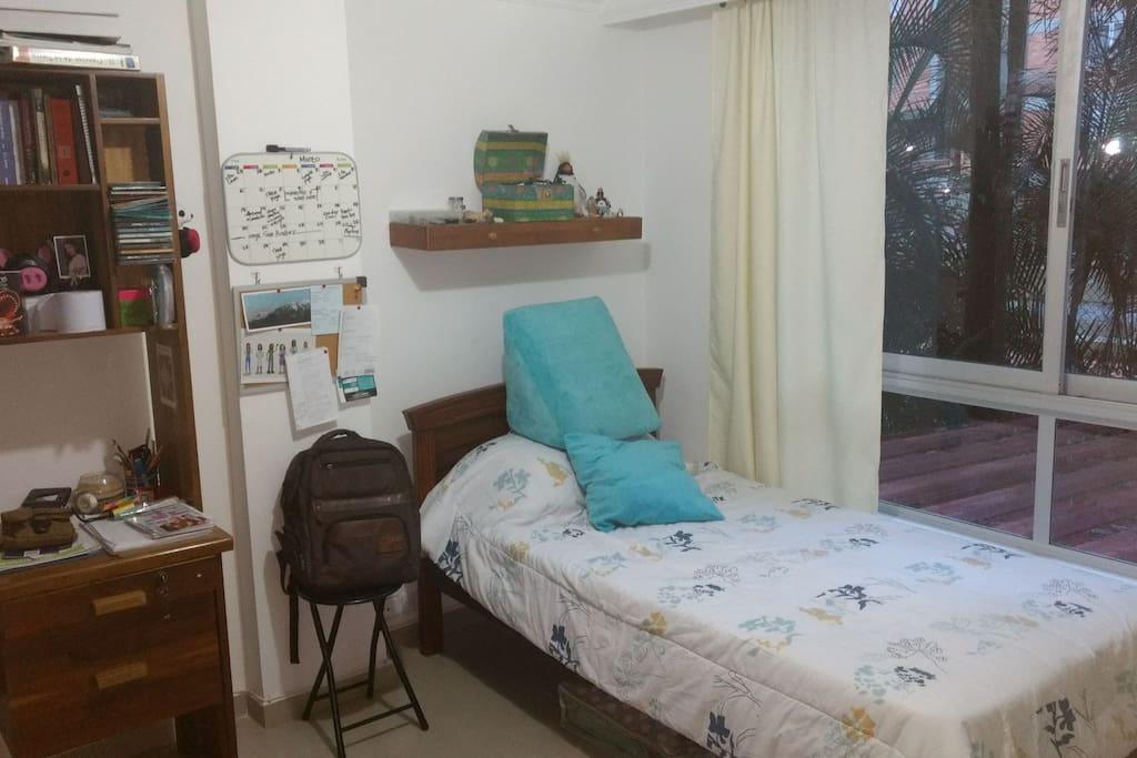 Cama sencilla con otra cama desplegable abajo