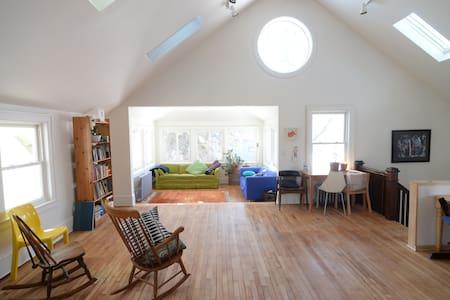 Amazing sunny Seward apartment - Minneapolis - Ház
