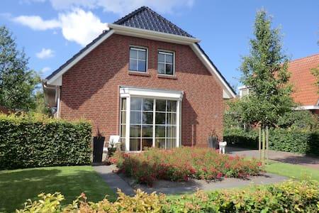 Ruime kamer in B&B Roses, Groningen - Groningen - Hus
