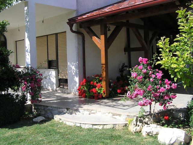 Miran i ugodan apartman - Ljubač - Rumah