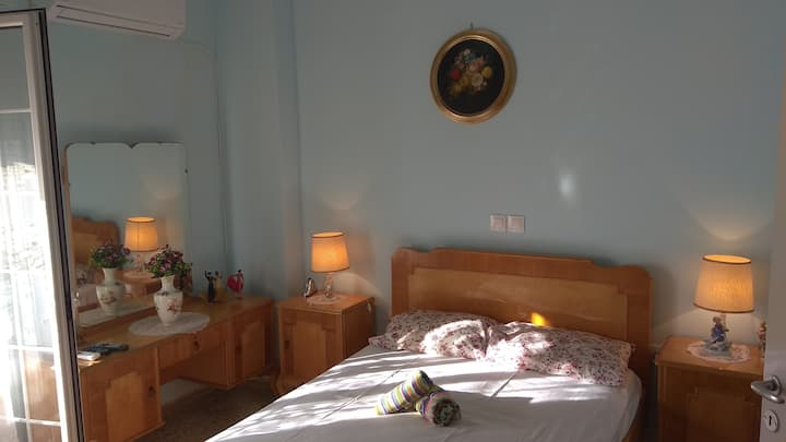 Small cosy apartment 15 min walk from the port