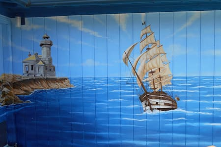 Mural cabin on the coast - Coos Bay