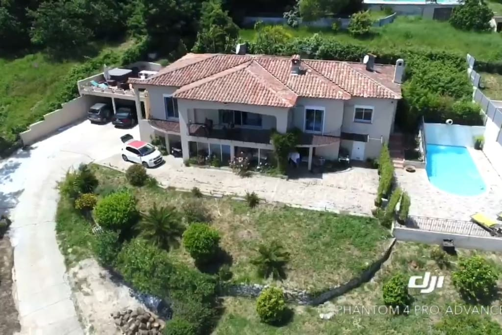 La propriété avec chambre d'hôte en haut à droite