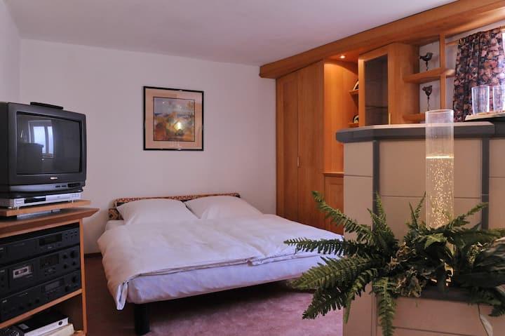 Geschmackvolles Zimmer mit eigenem Bad.