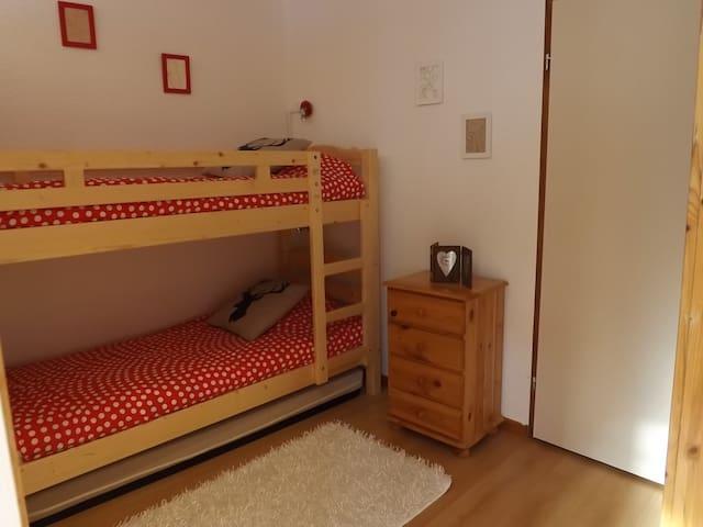Chanbre 2 avec lits superposés et 3ème lit sur roulettes