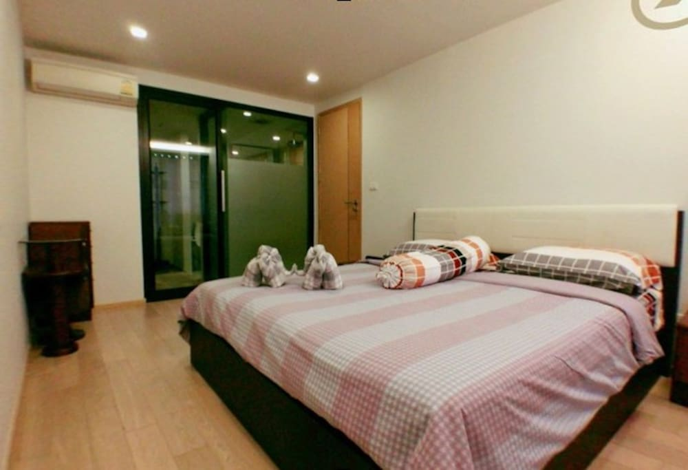 Super king-size bed, en-suite bathroom, modern & spacious, fully furnished one-bedroom condo