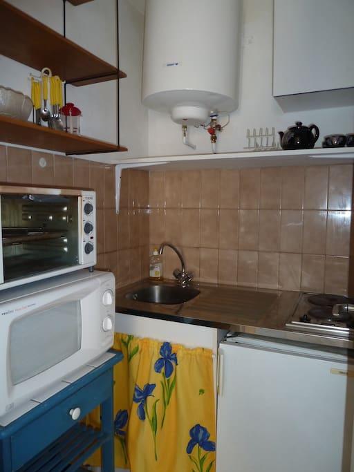 cuisine séparée avec 2 plaques electriques, frigo, four, microondes ,vaisselle