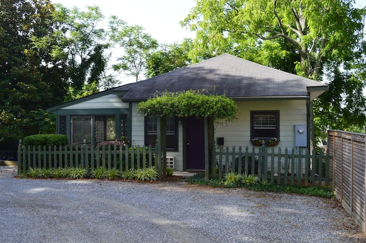 1 br Cottage close to downtown