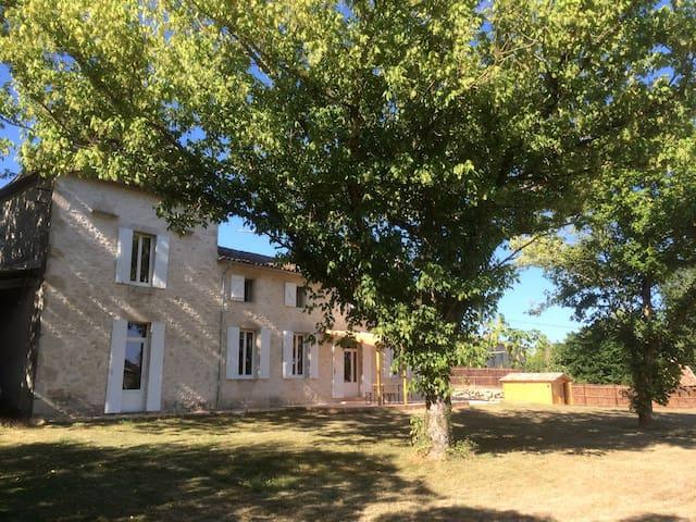 maison en pierres avec piscine - Saint-Quentin-de-Caplong - บ้าน