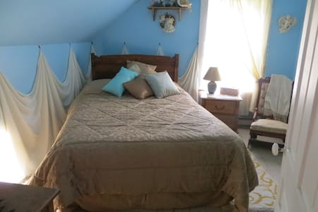 Lovely queen size bed - Hinchinbrooke