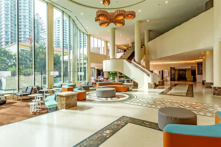 Deluxe Hotel Accommodation Surfers Paradise
