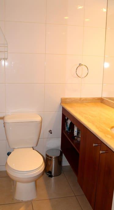 Baño con tina, espejo grande y agua caliente 24/7.