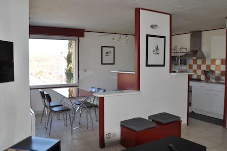 Appartement tout confort avec petite terrasse - Saint-Georges-de-Luzençon - Wohnung