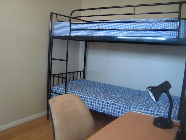 Twin share room in a Comfy Home - Kingsgrove