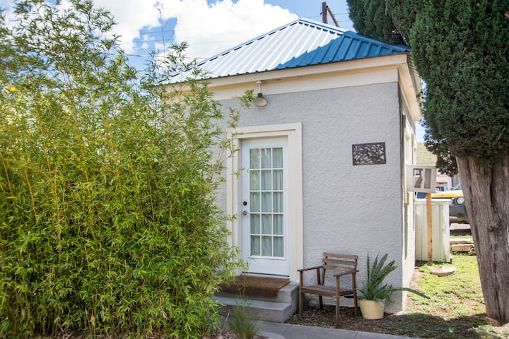 The Dragonfly Cottage (1 of 5 listings downtown!)