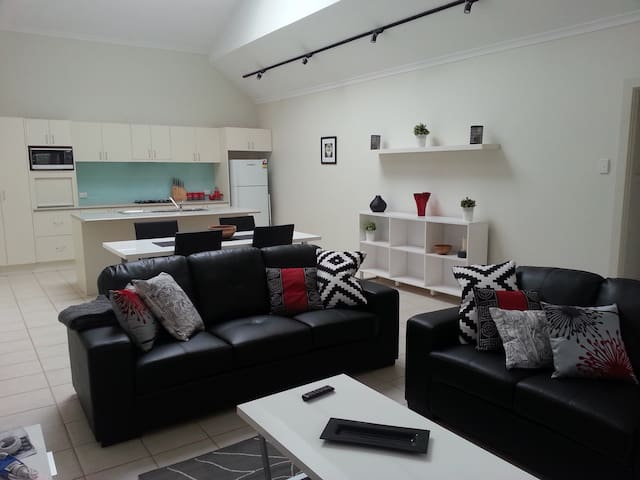 Studio One Self Catering Apartment - Crafers