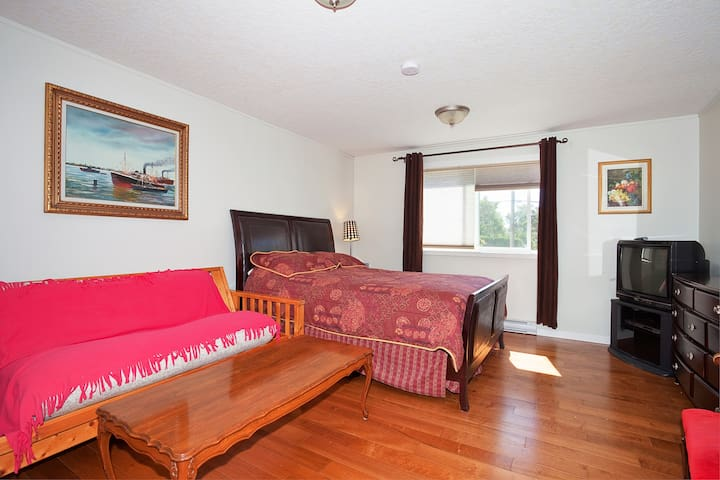 Comfy Suite Close to Uvic