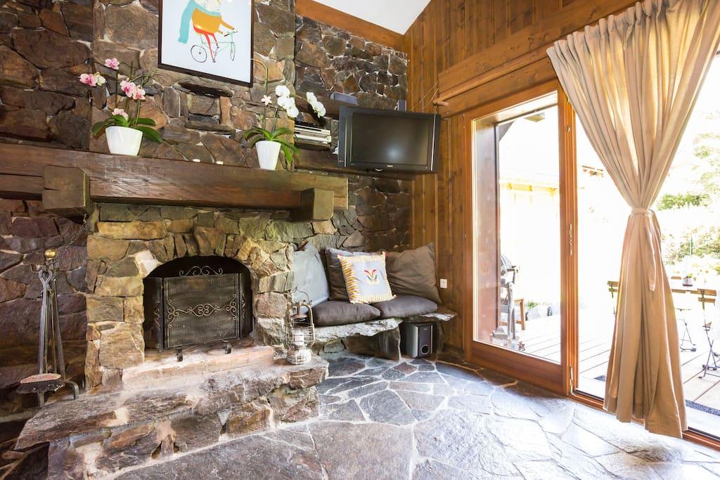 Fireplace, flat-screen TV, free WIFI