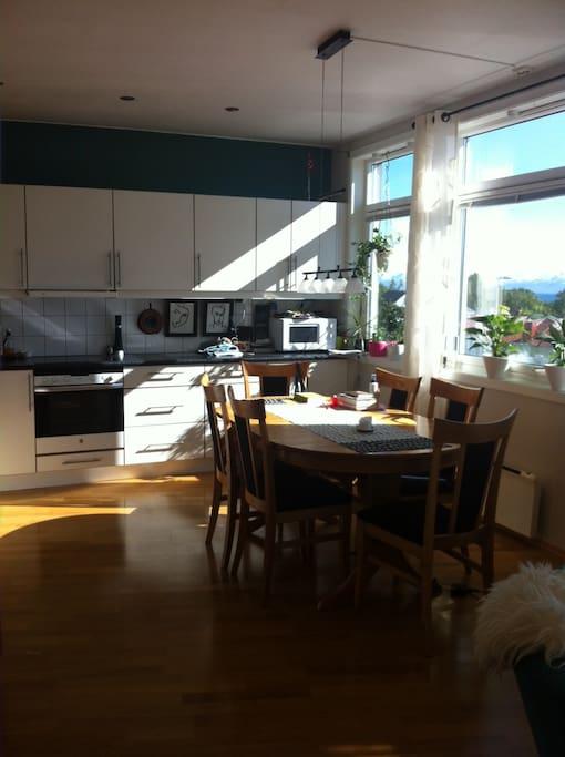 Lyst å trivelig kjøkken med en fantastisk utsikt.