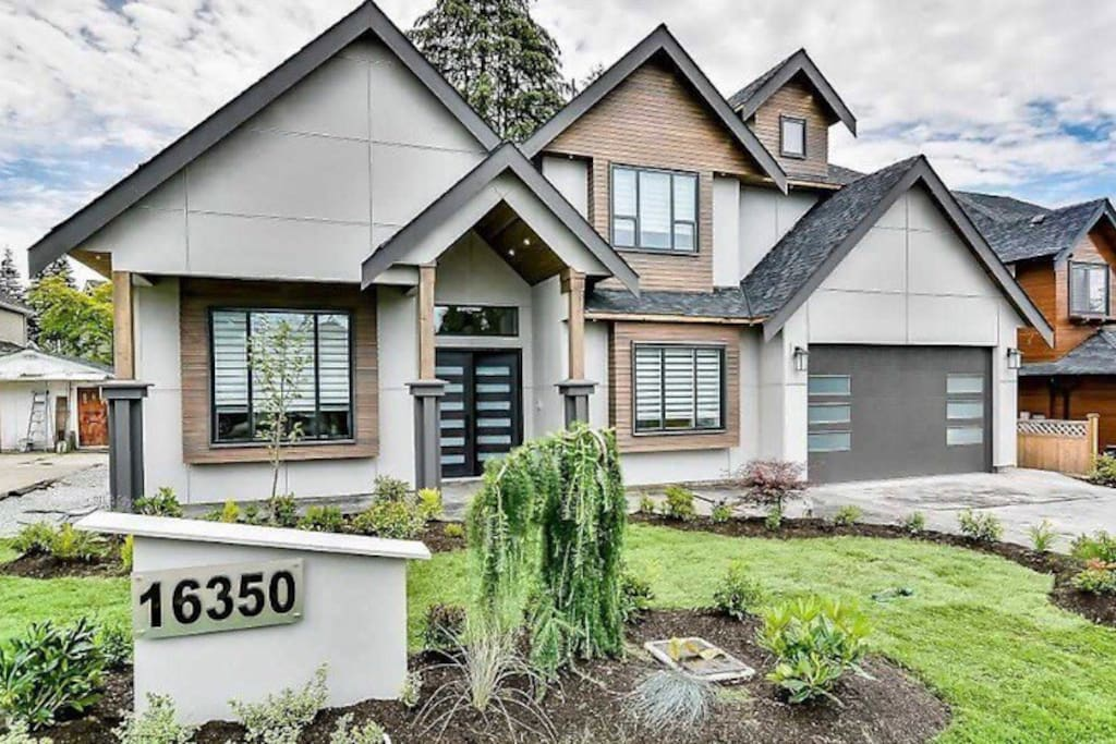 Brand New Whiterock - South Surrey house minutes away from the beach, the border and hwy 99. Super Convenient!