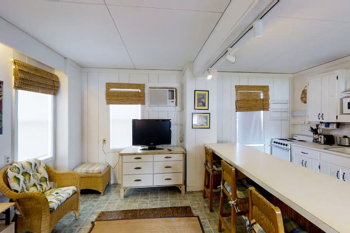 Affordable and cozy dog-friendly studio, right across from the beach!