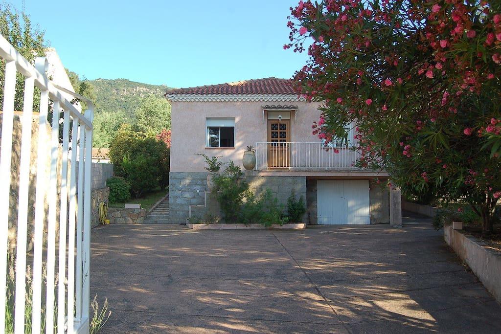 Villa avec piscine chauff e privative et s curis e for Gite corse du sud avec piscine