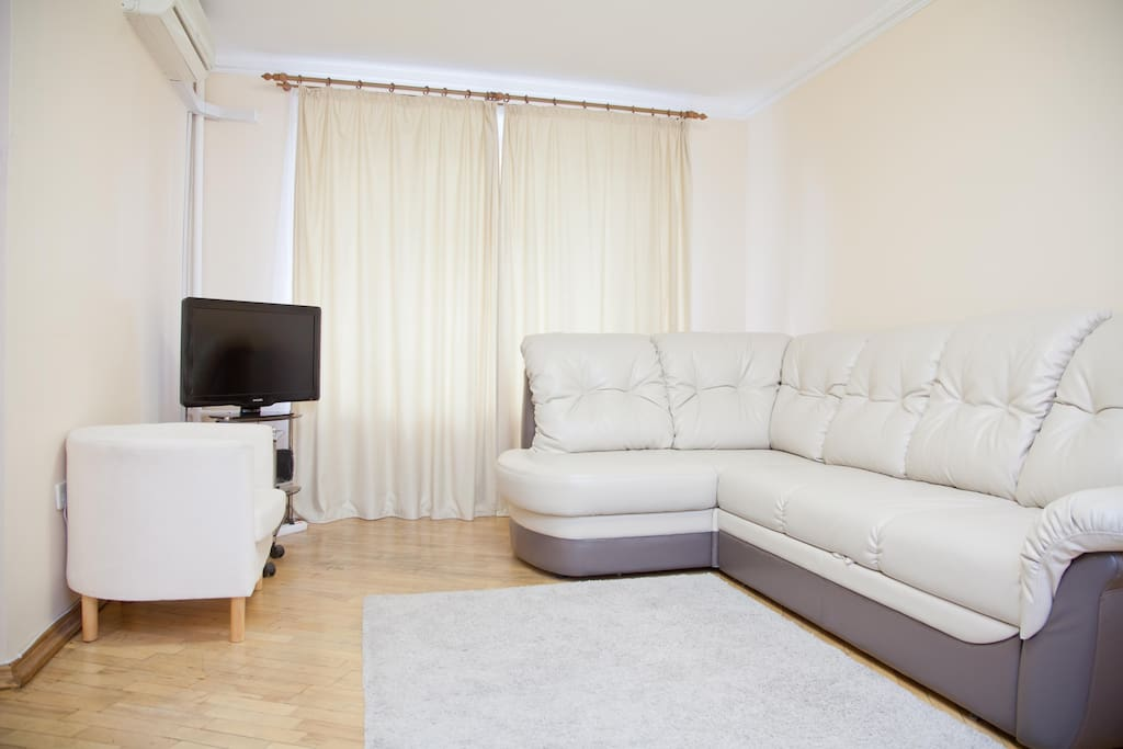 Комната с мягкой мебелью телевизором
