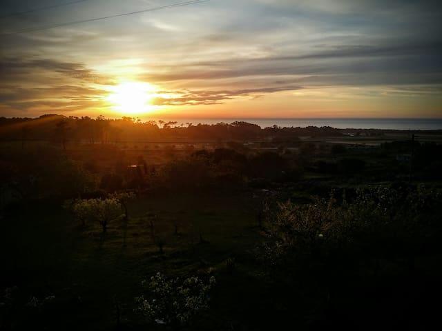 O mar e o pôr do sol visto da casa