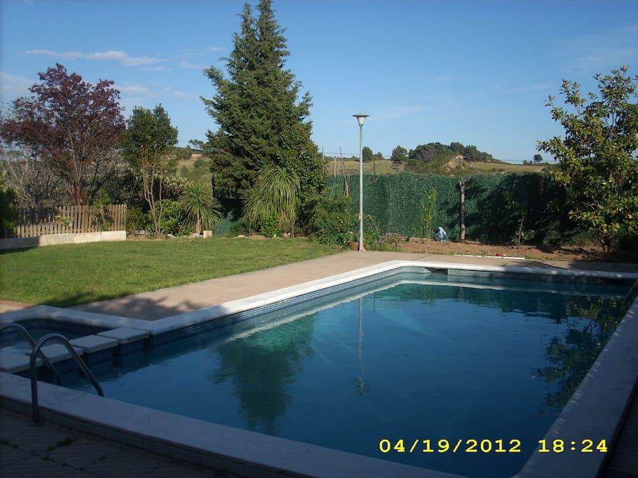 Vista piscina y jardín  conpartido