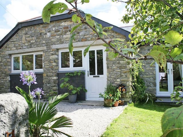 HONEYSUCKLE COTTAGE, family friendly in Helston, Ref 959391