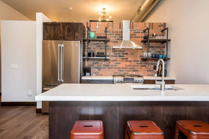 Fully equipped spacious and modern kitchen.