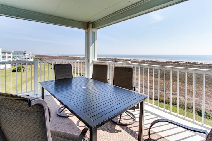 Waterfront rental w/ shared hot tub and pool - stroll to the sand & Beach Club!