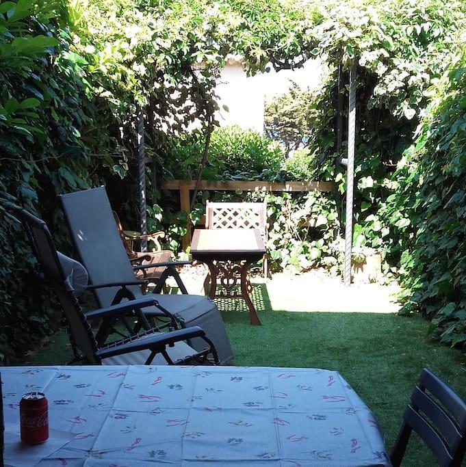 joli jardin pour prendre les repas